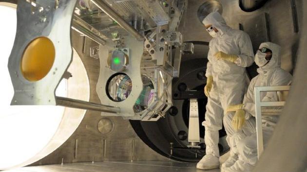 正在对LIGO设施进行技术升级工作的工程师