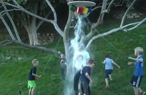 马斯克与五个儿子参与冰桶挑战