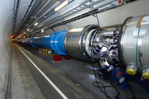 瑞士日内瓦地下深处的大型强子对撞机