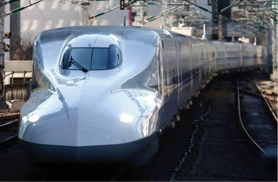 日本中央铁路的新干线子弹头列车抵达东京站,其车头的形状很像翠鸟的喙。图片来源:Tomohiro Ohsumi/Getty Images
