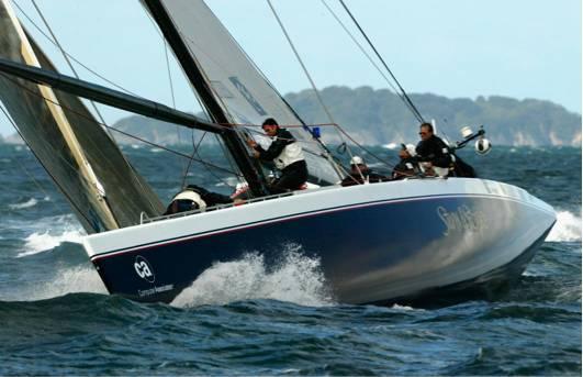 """丹尼斯·康纳(Dennis Conner)的美洲杯帆船星条旗号参加了2002年的奥克兰挑战赛。船体上的""""鲨鱼皮""""涂层使其占尽了优势。图片来源:Nick Wilson/Getty Images"""