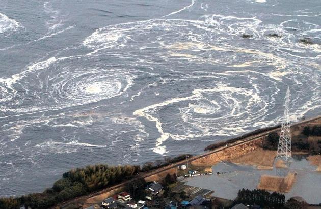 2011年日本海啸和地震过后海上形成巨大的漩涡