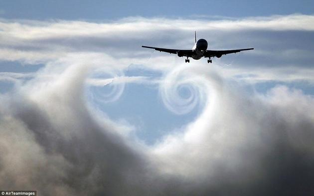 """飞机尾部""""搓""""出的气流涡旋"""