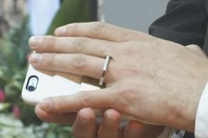 单身青年的新选择?美国一男子和自己的手机结婚了(图)