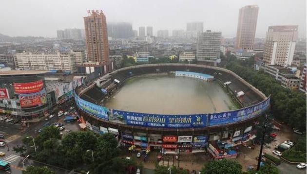 鄂州体育场暴雨中变浴盆(图片来源:中新网)