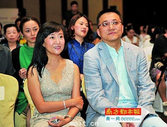 岳雨(前左)2014年6月与刘春宁(前右)缺席某个新闻发布会