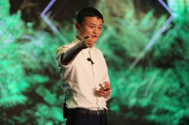 马云在首届XIN公益大会教育分论坛上发表演讲。