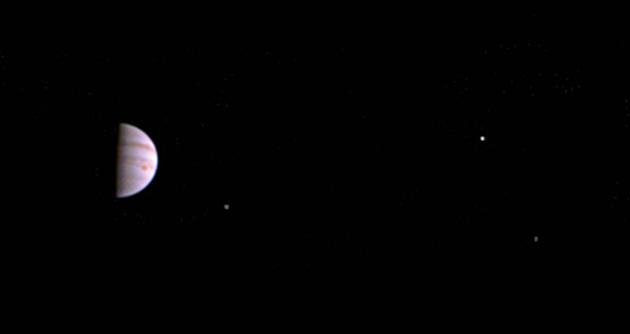 美国航空航天局的朱诺号太空船于7月5日抵达木星轨道,经过6天的调整,朱诺号打开了可见光相机,拍下了第一批彩色图片。