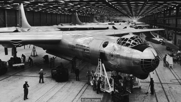 图为美国空军正在观看安装了核反应堆的B-36轰炸机。