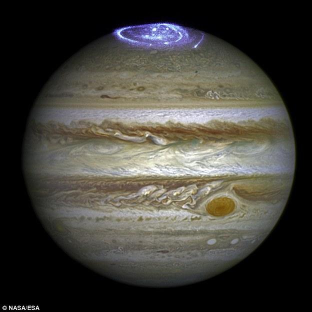 科学家借助哈勃空间望远镜观测木星的极光现象,观测持续超过一个月,他们希望能够更加深入地了解木星极光的产生机制。在紫外和X波段的极光现象在木星上持续出现,其覆盖范围超过整个地球大小