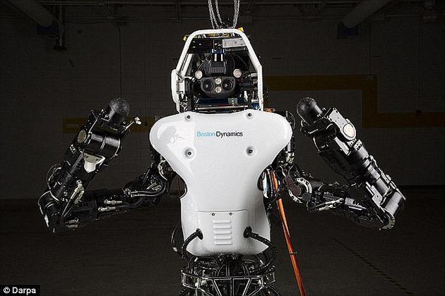 Atlas机器人可以用两腿行走,留下双臂来完成其它任务,如搬运东西等。