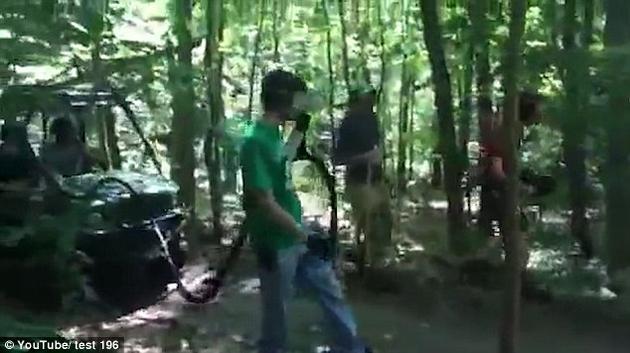 机器人的身后跟了一辆小拖车,上面装着机器人的电池组,用一根灵活的缆绳连在机器人的背部。