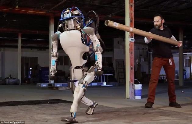 在波士顿动力公司公布的一段视频中,Atlas机器人展示了它的多种能力,如行走、奔跑,甚至在被推倒之后还能自己站起来。