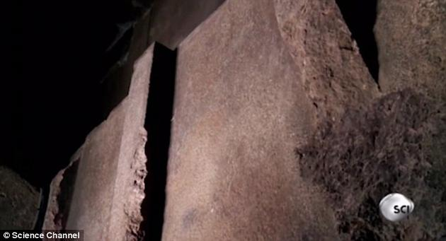 雷纳认为,这些沟槽和突出物都是没有经过装饰的,它们可能是非常原始的机器一部分。