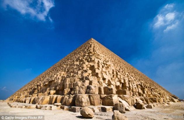 胡夫金字塔由230万块巨石建成,每一块巨石重量都超过2吨。