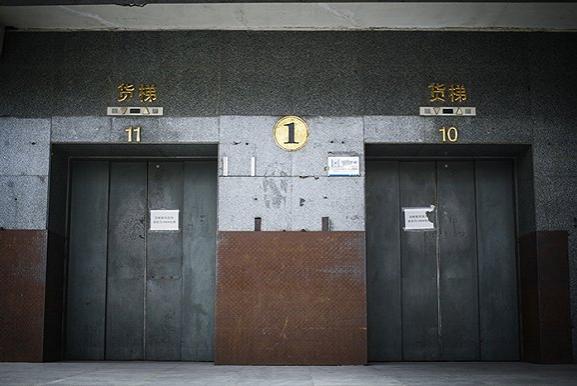 货梯口大门紧闭。摄影:吕萌