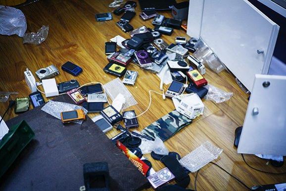 散落的电子产品模型。摄影:吕萌