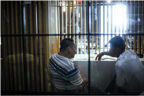 创业者在中关村创业大街3W咖啡馆讨论。摄影:吕萌
