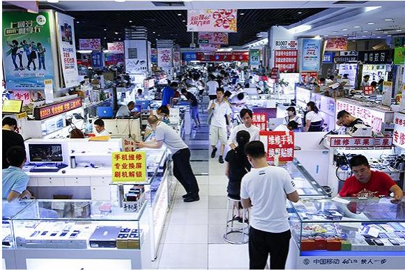 中关村鼎好地下一层手机卖场。摄影:吕萌