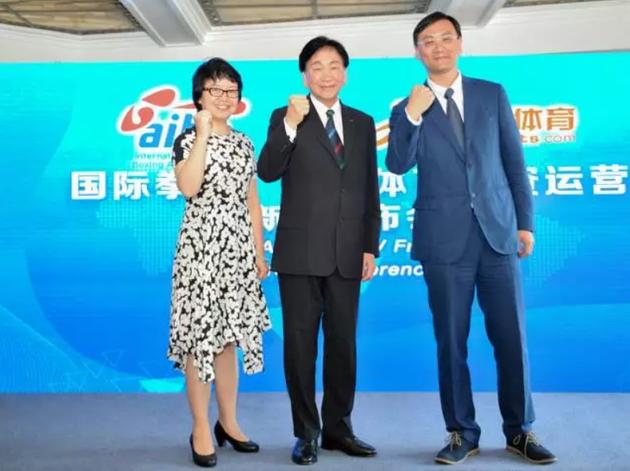 云锋基金董事总经理夏晓燕(左)、国际拳击联合会主席吴经国(中)、阿里体育CEO张大钟(右)
