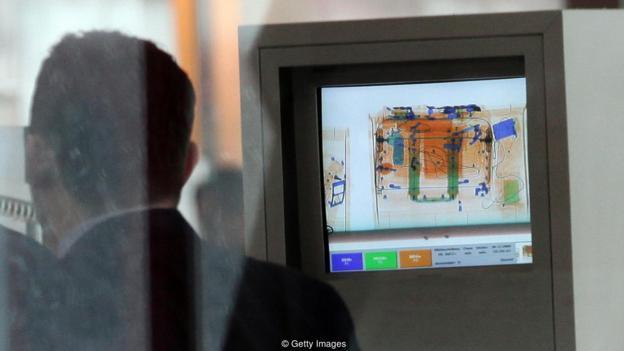 现在机场地铁等地的安检系统早已大规模应用X射线透视技术,这类技术部分可以透视人们的衣服,引发隐私权担忧