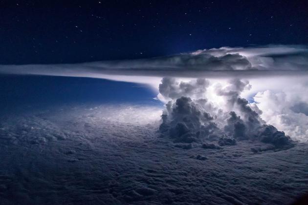 在巴拿马城附近的太平洋上空,一场风暴正在大气层中形成