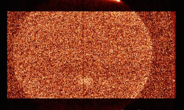 两极地区的明亮区域是极光辐射形成的,而中低纬地区则是被加强了亮度以增强可见性。大红斑辐射则在中纬度也可以观测到。