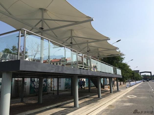 巴铁近2米的站台