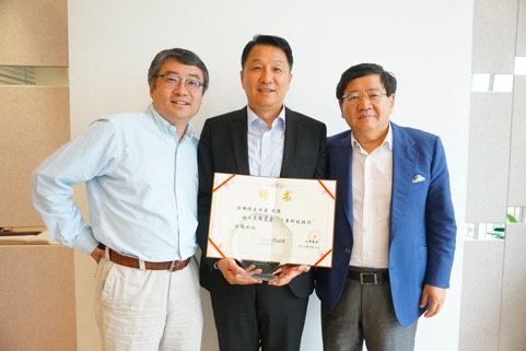 真格基金创始合伙人王强(左)和徐小平(右)向王田苗(中)颁发聘书