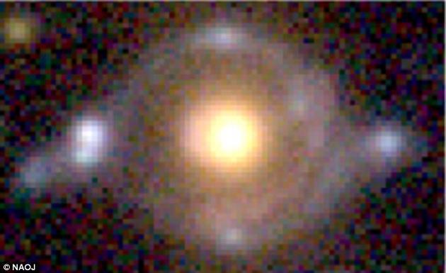 由于大质量天体强大的引力作用会导致其周遭的时空出现弯曲,因此经过大质量天体周围的光线也将被弯曲。近日,天文学家们发现一个拥有复杂结构,类似眼睛的环状结构,这是两个不同背景星系的光被一个大质量前景星系扭曲之后形成的结果