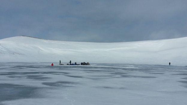 图为人们在圣保罗岛上凿取冰核。