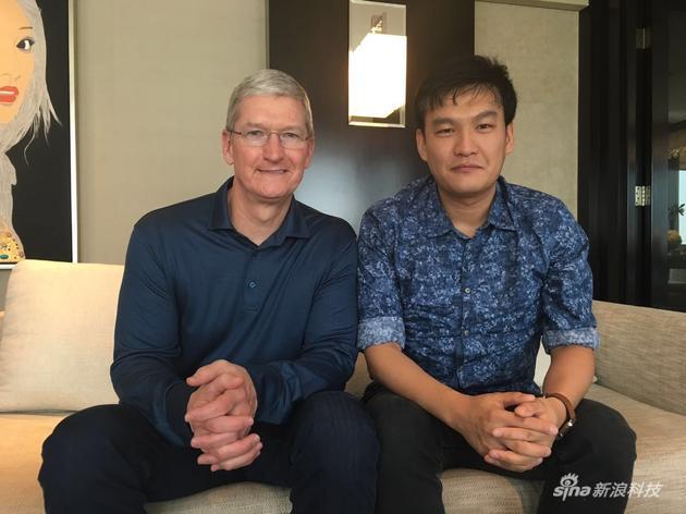 左为苹果CEO蒂姆·库克 右为新浪科技记者郭晓光