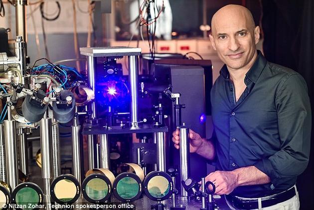 """杰夫?斯泰恩豪尔教授发明出了一个能够捕捉声响的声学黑洞,并用一根长长的管子作为""""事件界限"""",用于束缚""""声响粒子""""——""""声子""""。他的最新研究结果表现,这些声子都是一对彼此关系的声子中的一个,因而证实了霍金辐射的量子效应。"""