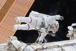 美国宇航员为国际空间站安装商业载人飞船对接端口
