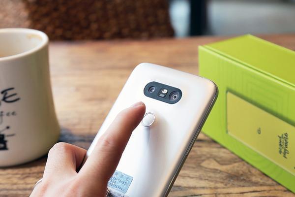 LG V20渲染图再曝:双镜头一大一小 后置指纹识别