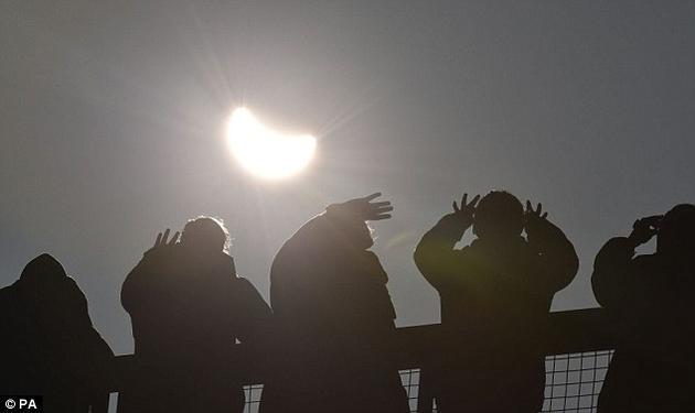 2015年日食期间,成千上万的英国人出门观看。这张照片拍摄于康沃尔郡。在此期间很多人报告说他们察觉到日食期间天气发生了变化