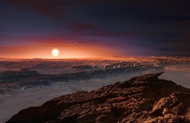 """这张艺术示意图展示的围绕红矮星比邻星运行的系外行星""""比邻星b""""表面的可能景象。比邻星是距离太阳系最近的恒星。在画面中右上方比邻星b的天空中,可以看到双星系统半人马座αAB。比邻星b质量稍大于地球,运行于比邻星周围的宜居带范围内"""