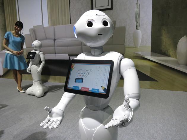 一个幼儿园的小朋友命令机器人把球扔到窗外;一名学生让机器人帮她
