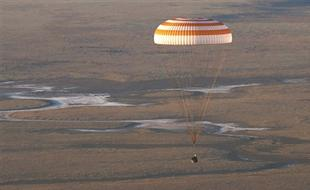 俄宇航员乘联盟TMA-20M飞船返地球