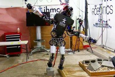"""波士顿动力机器人更智能了:它们现在能""""金鸡独立"""""""