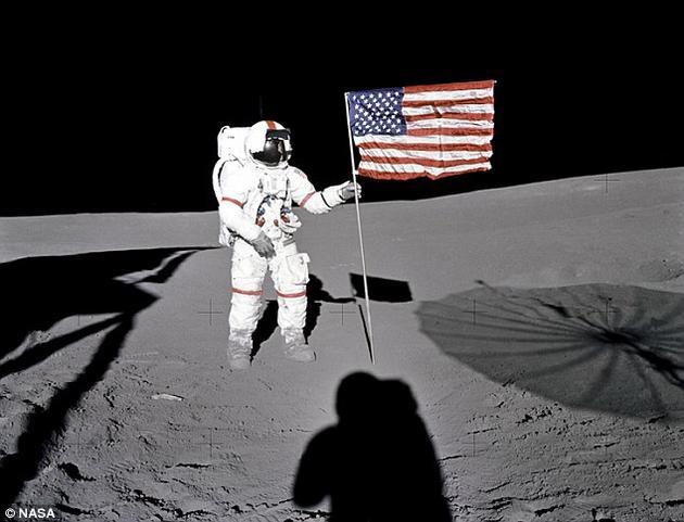 """""""阿波罗14号""""任务组拍摄的画面显示,月球表面覆盖着一层细腻的尘埃层,即风化层。科学家认为,当这种风化层温度足够低时,它可以存储由太阳粒子带来的电荷。"""