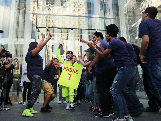 在曼哈顿苹果商店第一个购买到iPhone 7的用户