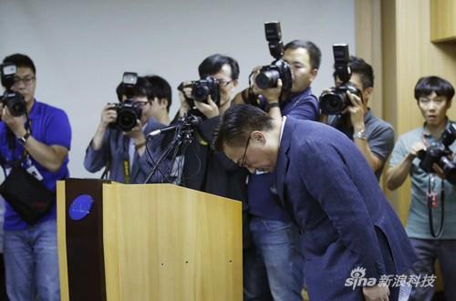 在首尔举行的新闻发布会现场,三星电子手机业务负责人高东真为此事鞠躬道歉