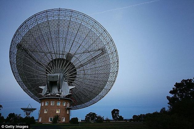 """10月4日开始,""""突破倾听""""计划的团队将开始利用位于澳大利亚的帕克斯天文台搜寻来自比邻星方向,并且有别于自然背景噪音的信号迹象"""