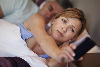 智能手机是人类身体新器官?三成英国成人半夜看手机