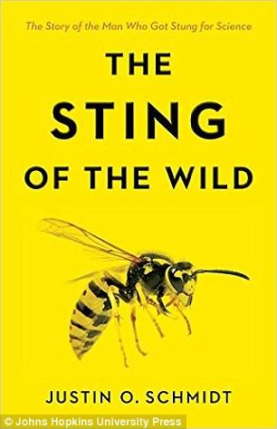 贾斯汀·施密特是亚利桑那大学的一名昆虫学家,他写了一本名叫《野性的刺痛》的新书。
