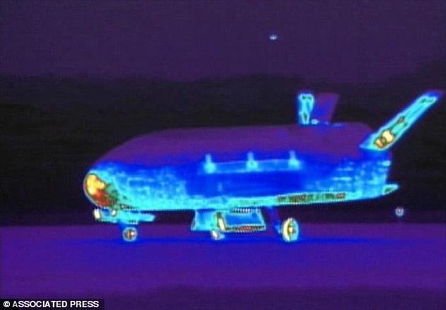 图为X-37B空天无人机在范登堡空军基地降落时的红外图像。该任务的目标仍是一项机密。