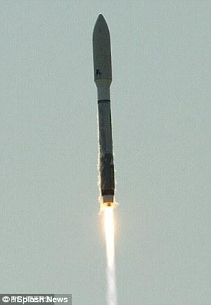 有人猜上面搭载了一颗太空炸弹,还有人猜是一枚秘密探测器,可以偷偷将敌方的间谍卫星铲除掉。图为Atlas V型火箭搭载X-37B空天战斗机点火升空之后(左图)和点火之前(右图)的照片。