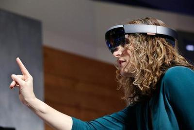 微软宣布HoloLens进入中国:10日预售 2.3万元起