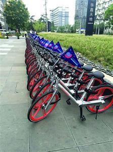 漕河泾开发园区内停放的摩拜单车